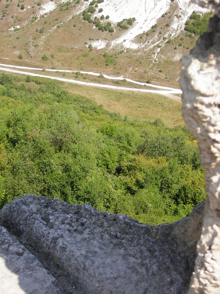 15) Вид из окна одой из пещерных квартирок... 25-ти этажки отдыхают...