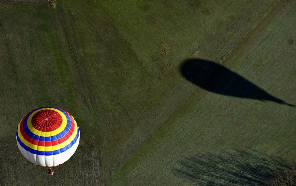 16. Воздушные шары пролетают мимо Апеннинских гор во время восьмого события «Влюбленные шары» в Карпинети, Италия, 14 февраля. (Marco Vasini, AP)
