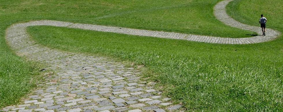 16. Человек совершает пробежку в парке Олимпик прохладным летним днем в Мюнхене, Германия, 24 июля. (Matthias Schrader/AP)