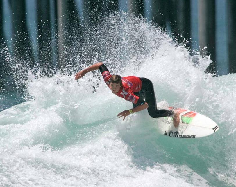 3) Бретт Симпсон разрезает волну во время финала открытого чемпионата США по серфингу на пляже Хантингтон, штат Калифорния, 26 июля 2009 года. Симпсон выиграл соревнования. (Lori Shepler, AP)