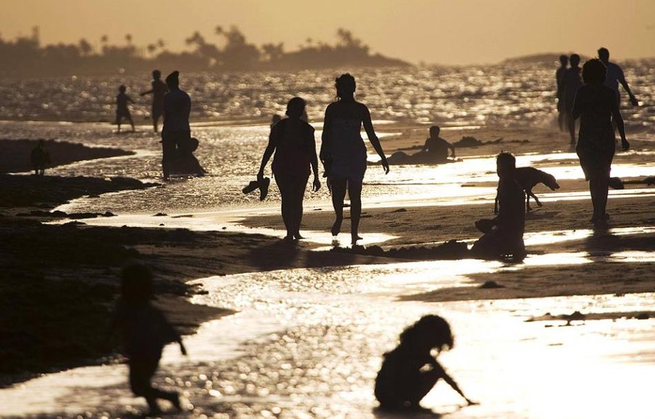 11. Ребенок играет на пляже на Мальдивском острове Курумба. (Sanka Vidanagama, AFP / Getty Images)