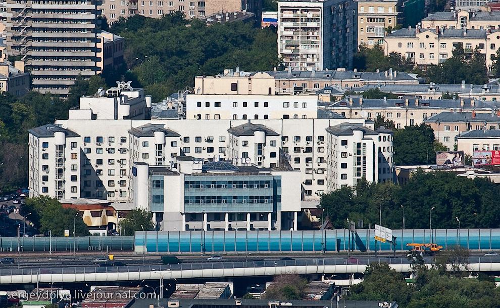 16) Вид на здания возле метро Спортивная.