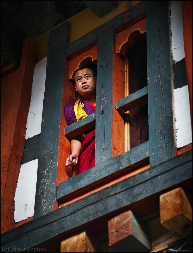 Стоящие в узловых, магистральных точках, они с одной стороны всегда защищены горами, а с другой контролируют все транспортные потоки таким образом, что подобраться незамеченным или даже просто пройти мимо становится невозможно. Согласно летописям, первые дзонги появились в Бутане в седьмом веке, и большинство из них сохранило свой облик до наших дней.