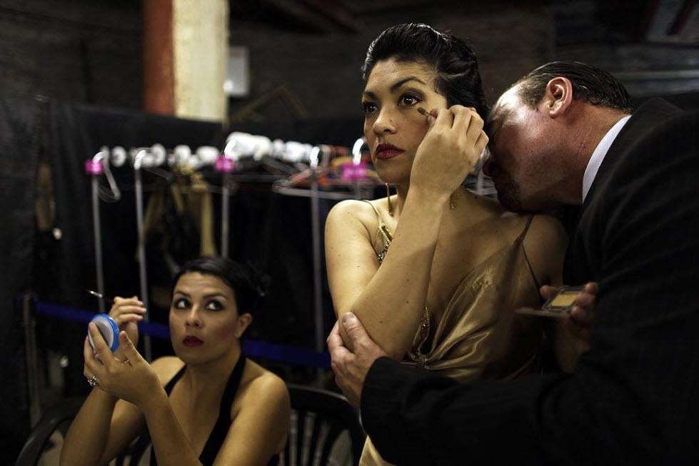 16. Танцоры танго готовятся к выходу за сценой, Буэнос-Айрес, 24 августа. (Natacha Pisarenko, AP)