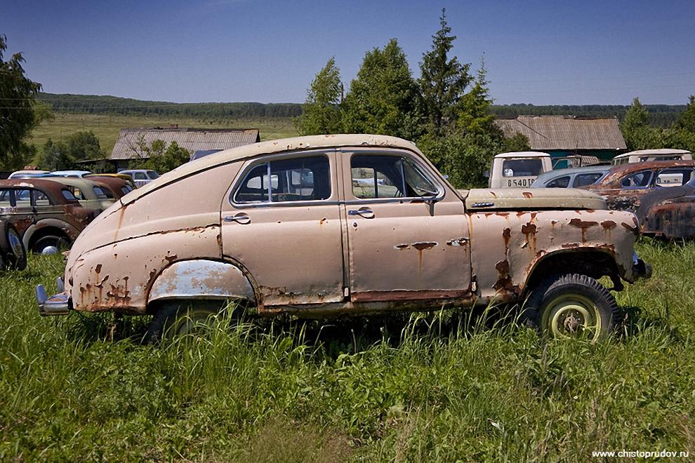15)  В послевоенные годы с запуском в производство автомобиля ГАЗ-М20 «Победа» был поднят вопрос о создании нового отечественного комфортабельного вездехода. Внедорожник, получивший название ГАЗ-М72, был создан на базе кузова «Победы» и агрегатов армейского вездехода ГАЗ-69. От «Победы» для этого автомобиля были взяты лишь наружные кузовные панели и несущий каркас кузова, который был видоизменен и дополнительно усилен.