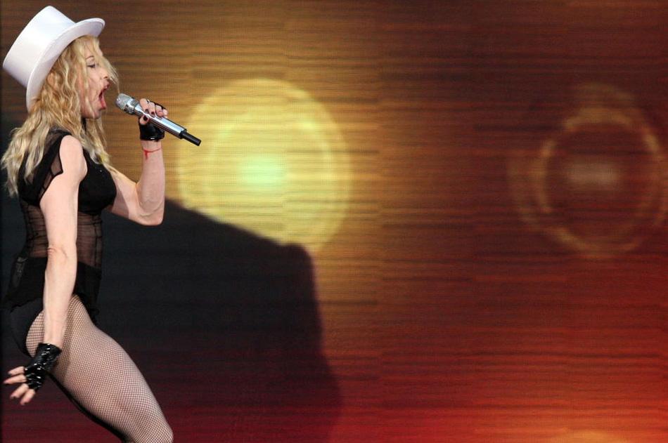 23) Мадонна выступает на Дворцовой площади в Санкт-Петербурге, 2 августа 2009 (TOPSHOTS/AFP PHOTO/KIRILL KUDRYAVTSEV)