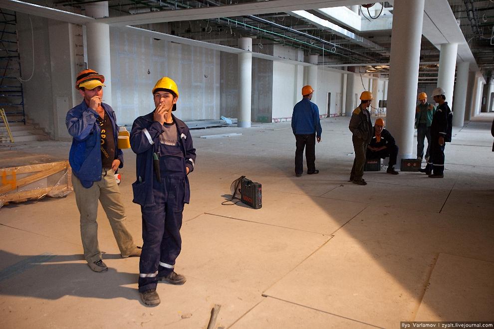 15) В июле текущего года строители начали монтаж вертикальных транспортных систем здания — лифтов, эскалаторов, траволаторов. Всего в Терминале Е будет 24 лифта, 8 эскалаторов и 4 траволатора. Это позволит пассажирам быстро и с комфортом передвигаться по терминалу.