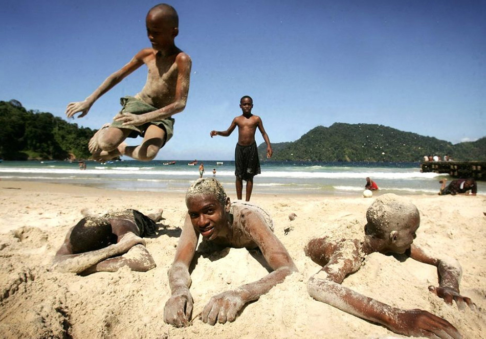1. 11 августа 2009 года был объявлен «Днем игр в песке». Мы не уверены, откуда произошел этот праздник, но это определенно дало нам возможность выложить несколько освежающих фотографий по этому поводу! На этом снимке местные мальчишки играют на пляже в заливе Маракас недалеко от Порт-оф-Спейн, Тринидад и Тобаго. (Chris Jackson, Getty Images)