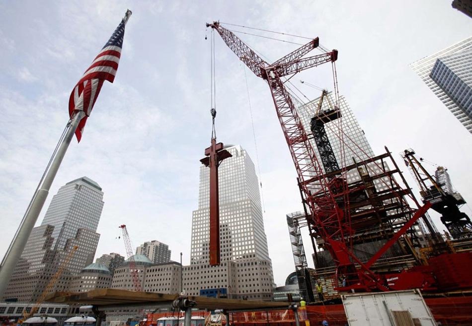 17. Внешнюю 70-тонную колонну Всемирного торгового центра опускают 12 августа на место взрыва башен-близнецов в Нью-Йорке 11 сентября 2001 года. Это первая балка здания,  которая будет возвышаться над землей; каждая балка составляет 18,29 м в высоту и будет поддерживать конструкцию пола новой башни. (Seth Wenig, AP)