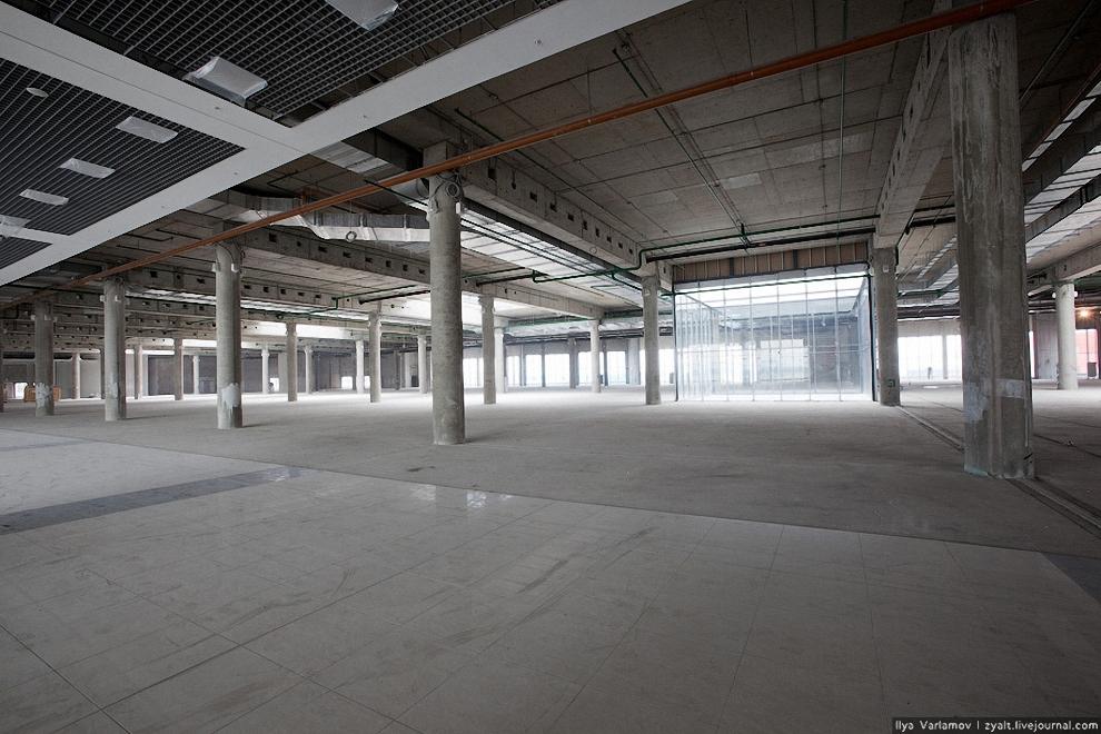 16) Скоро здесь будут разгуливать сотни пассажиров по магазинам беспошлинной торговли.