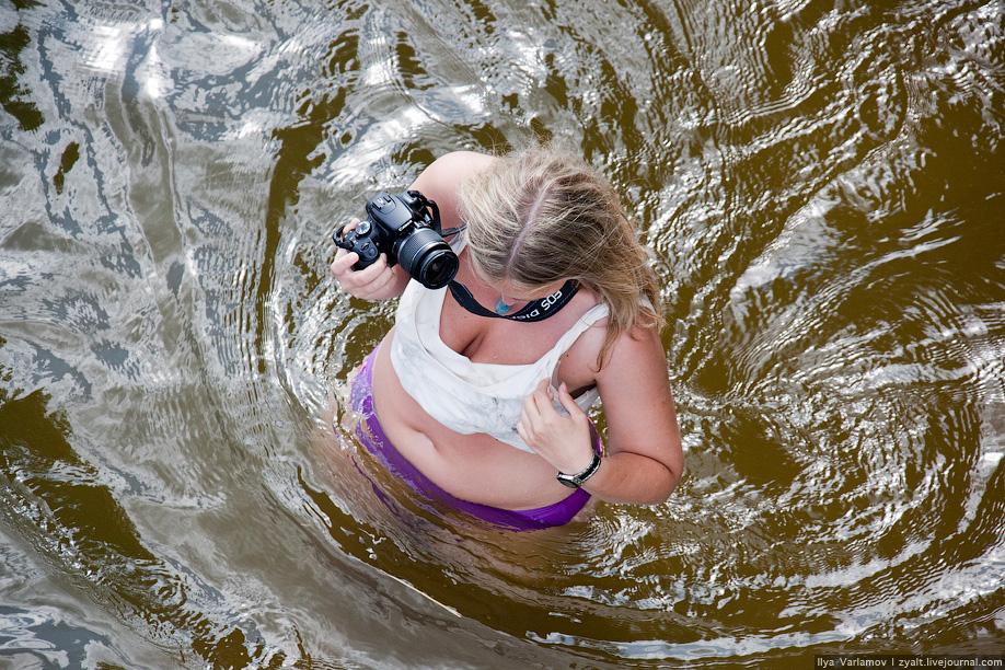 16) Девушка забыла купальный костюм.