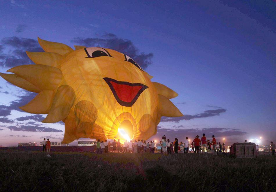 1. Участники из восьми разных стран готовят свои воздушные шары для первого фестиваля воздушных шаров в Баотоу, Китай, 13 августа. (Getty Images)