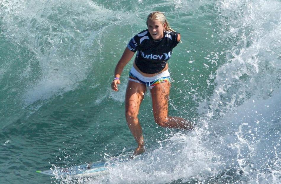 1) Серфер Бетани Гамильтон во время открытого чемпионата США по серфингу на пляже Хантингтон, штат Калифорния, четверг, 23 июля 2009 года. (Matt Sayles, AP)