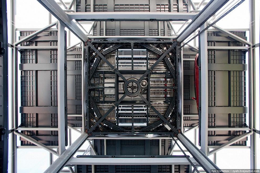 18) Вид на платформу на одном из уровней.