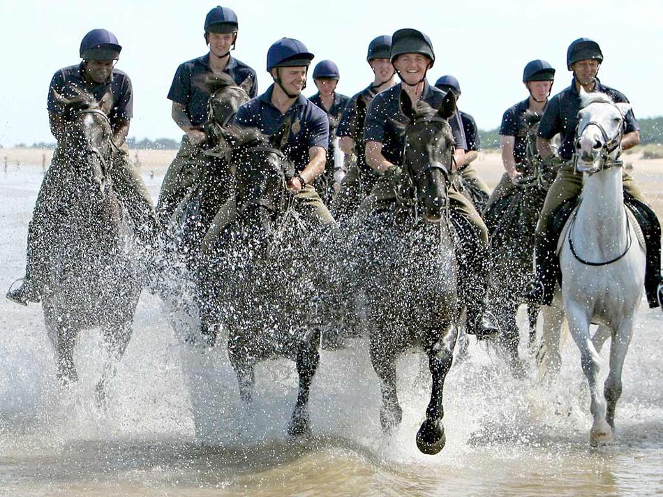 18. Солдаты полка домашней кавалерии упражняются на лошадях на пляже Холкэм, Великобритания, во время трехнедельной летней тренировки и в перерыве между церемониальными обязанностями. (Dominic Lipinski, Press Association)