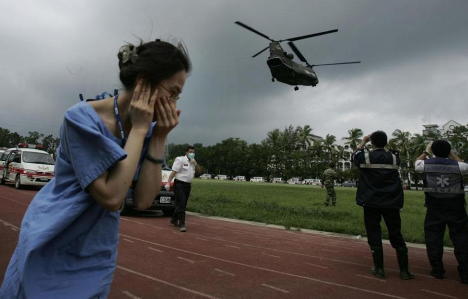 18. Медсестра говорит по телефону в зоне чрезвычайной ситуации для жертв тайфуна Моракот в Кишане, Тайвань, 12 августа. (Wally Santana, AP)