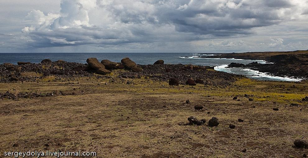 18) Вдоль побережья истуканы встречаются на каждом шагу. К сожалению, большинство из них пребывают в лежачем положении.