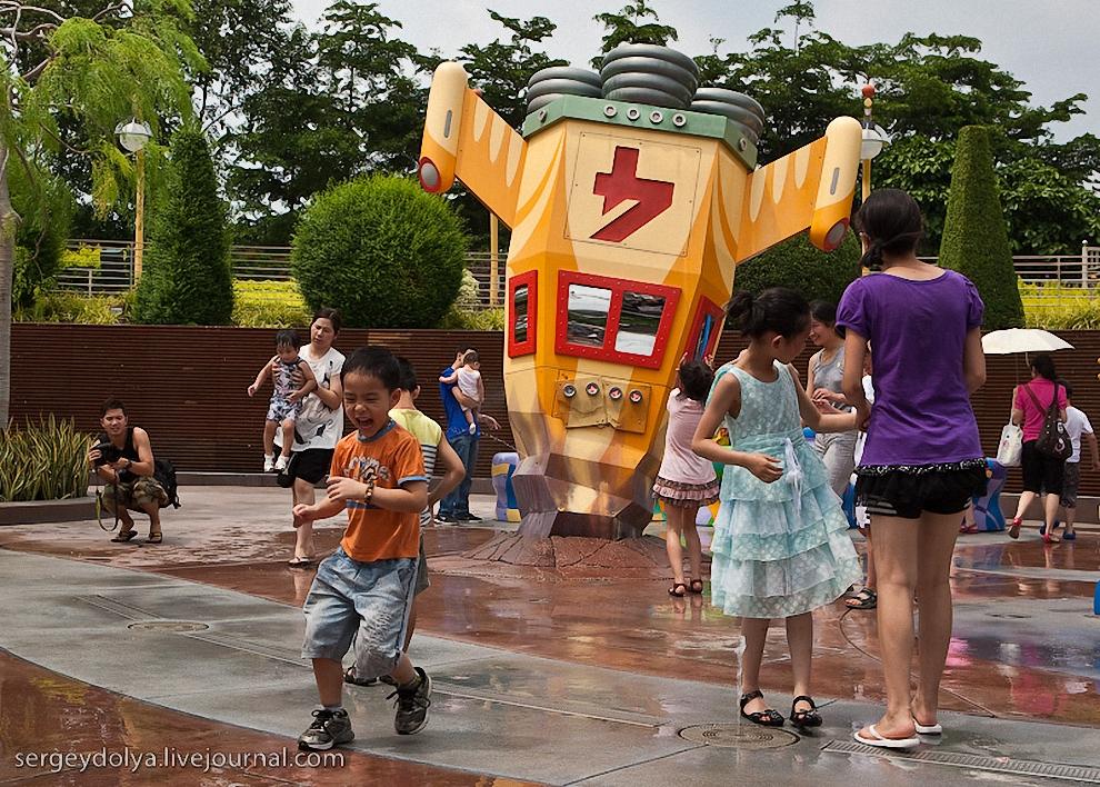18) С тех пор как в 2005 году, Диснейленд Гонконга гостеприимно распахнул свои двери для посетителей, он уже успел стать одним из главных местных аттракционов.