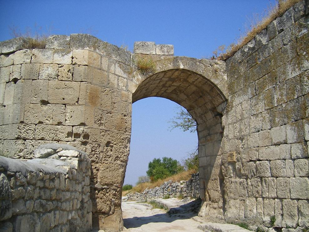 18) Ворота восточной стены. Естесственно самый уязвимый подход лучше всего и укреплен.