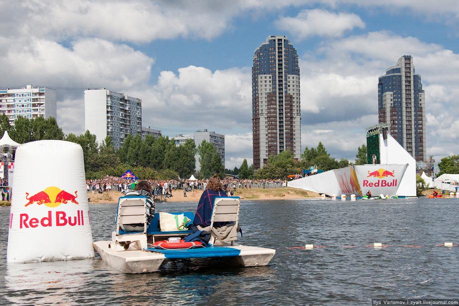 17) Вокруг зоны приземления собрались счастливые обладатели катамаранов, яхт, лодок и серфингов.
