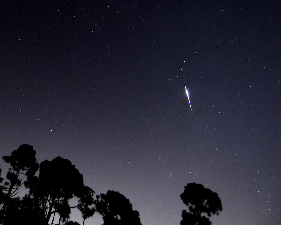 14) Метеор Персеид в небе над Палм Бич Гарденс.