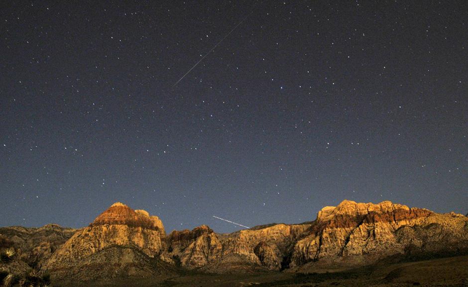 13) Метеор Персеид (вверху) и след от реактивного самолета над скалами Каньона Ред Рок недалеко от Лас-Вегаса.