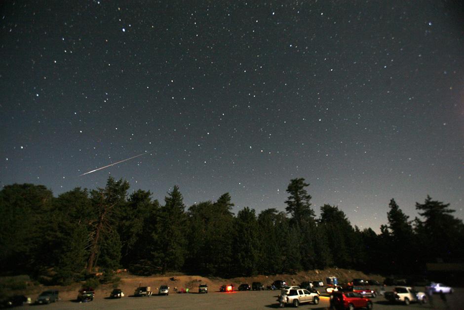 11) Каждый год в середине августа, когда Земля подходит близко к орбите Swift -Tuttle, осколки и пыль, оставленные кометой, врезаются в нашу атмосферу со скоростью приблизительно 37 миль (60 километров) в секунду и создают яркие полосы света в наших ночных небесах в разгаре лета.