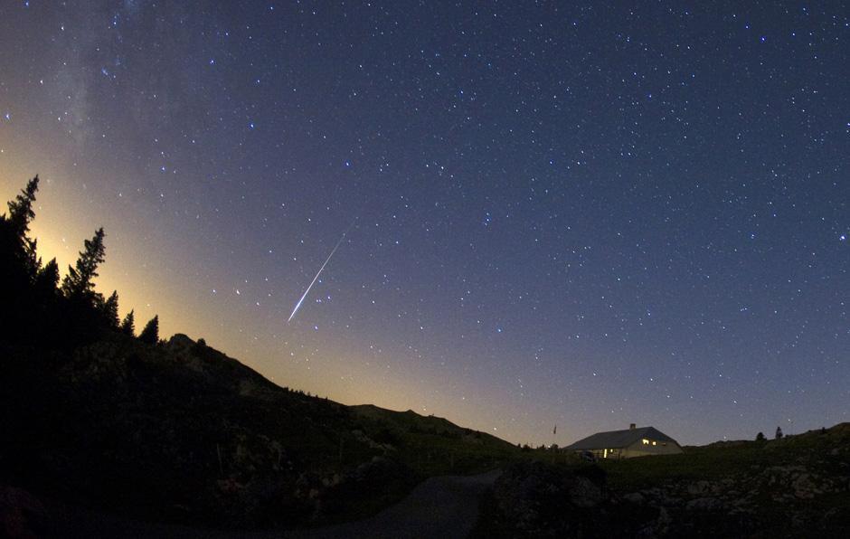 9) И почти также, как комета Tempel-Tuttle, которая оставила за собой след из осколков вдоль орбиты (их можно наблюдать в ноябре – это захватывающие Леониды (Leonid Meteors)), комета Swift -Tuttle оставит подобный след, который виден с нашей планету в виде Персеид.
