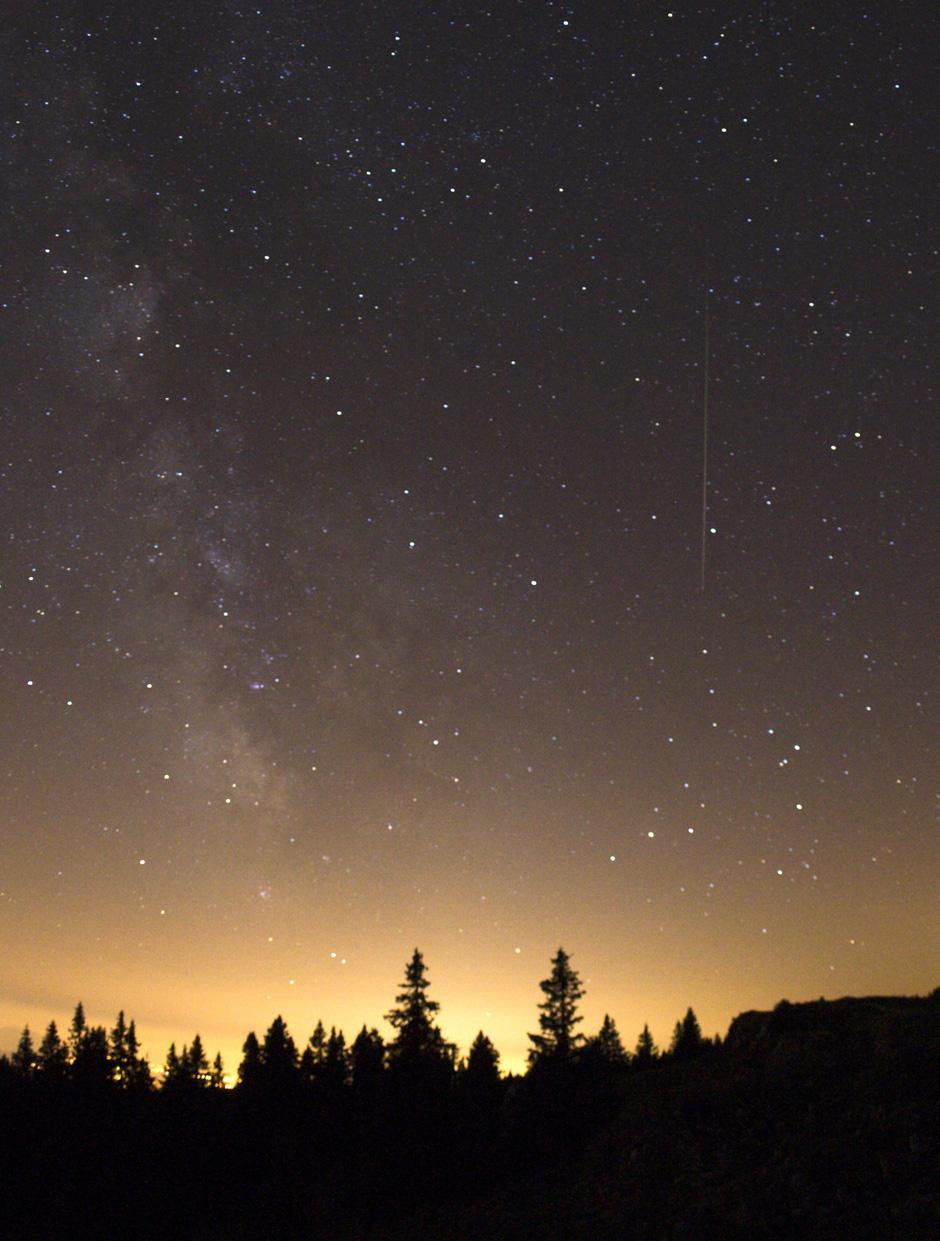 8) Августовские метеоры – осколки кометы Свифта-Туттля (Swift-Tuttle). Этой комете, обнаруженной в 1862 году, потребовалось приблизительно 130 лет, чтобы облететь вокруг солнца.