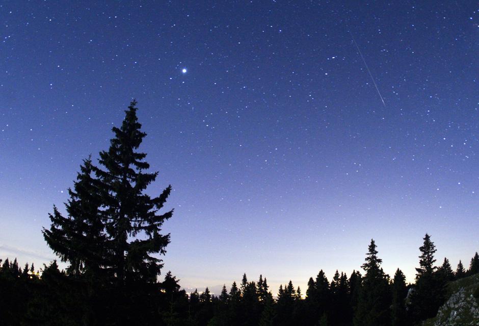 7) Метеорные полосы на звездом фоне в ночном небе над горой Мон-Тандр, к северу от Женевы.