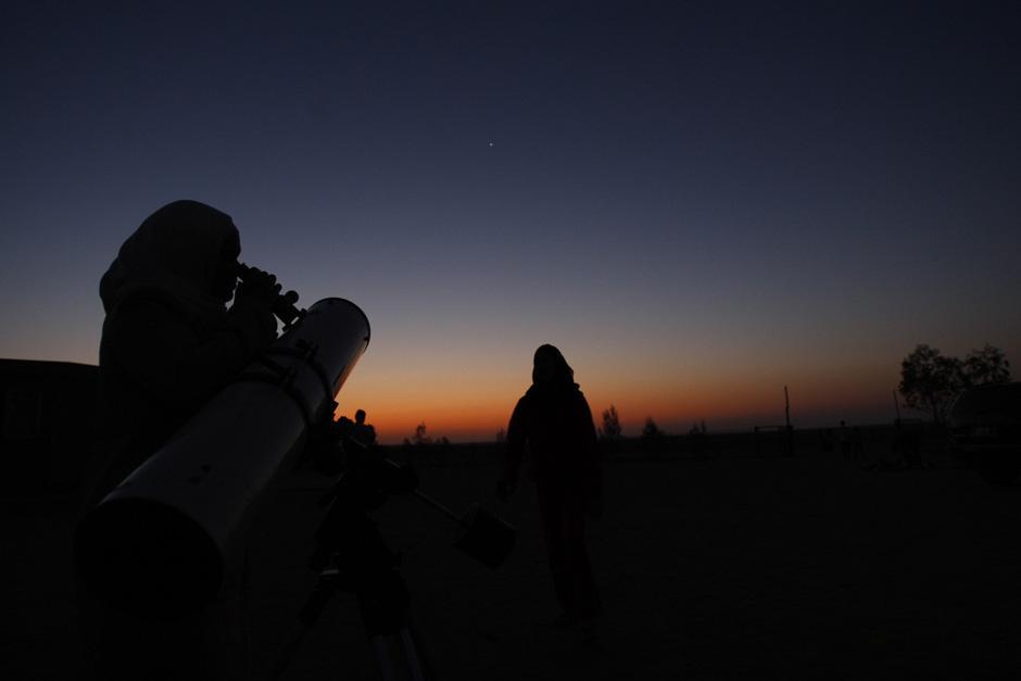6) Люди собрались, чтобы понаблюдать за метеоритным дождем Персеид в пустыне недалеко от Аммана.