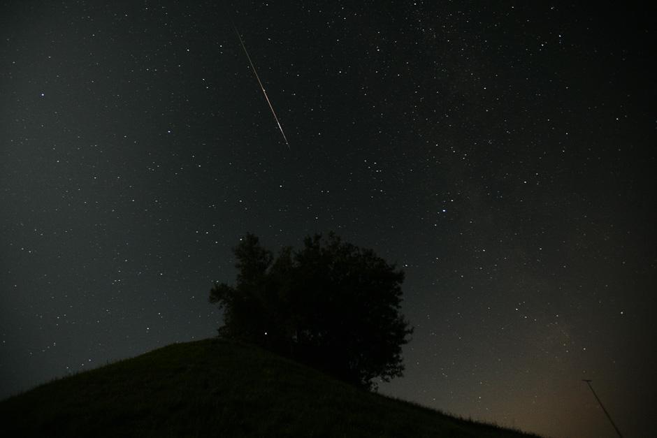 5) Метеорит входит в атмосферу Земли во время метеоритного дождя Персеид в северо-восточной части Швейцарии.