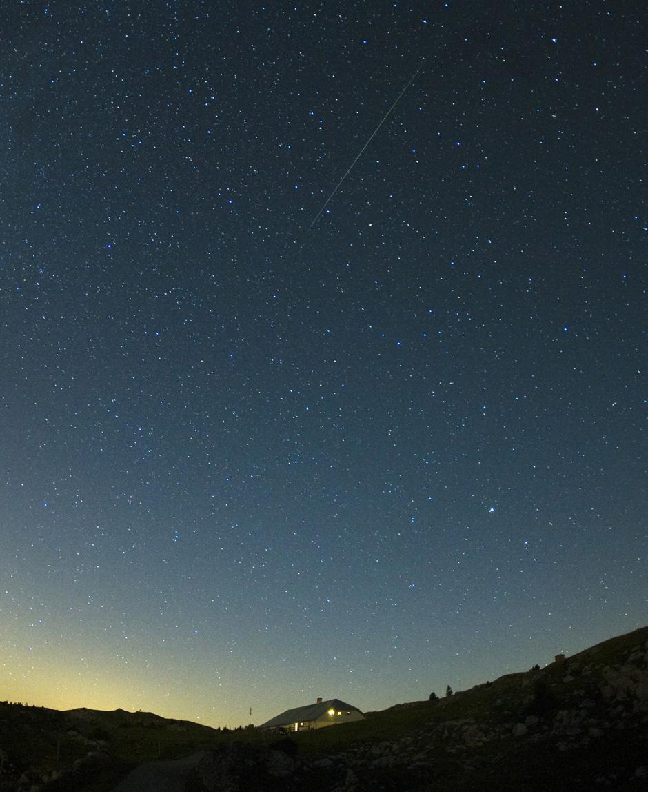 3) Метеором называется световое явление, возникающее на высоте от 80 км до 130 км от поверхности Земли при вторжении в земную атмосферу частиц – метеорных тел.
