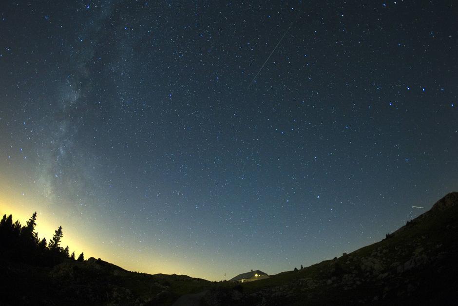 """1) Практически весь август 2009 года (до ~24 августа), можно будет наблюдать обильный метеорный поток под названием Персеиды. Этот снимок сделан с помощью долгой выдержки и объектива """"рыбий глаз""""."""