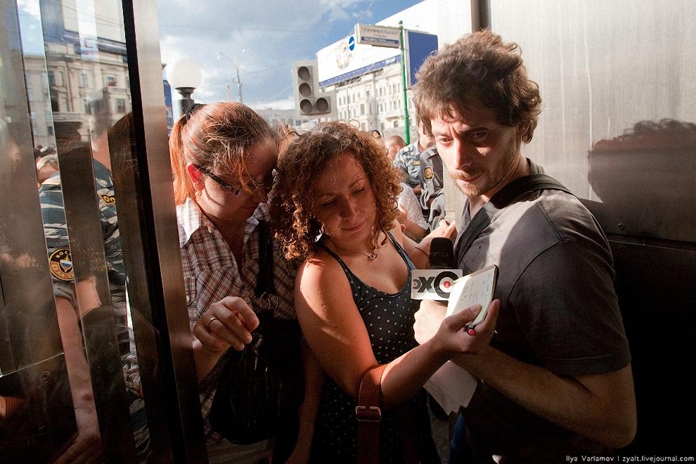19) Репортеры раходят в вестибюль метро.