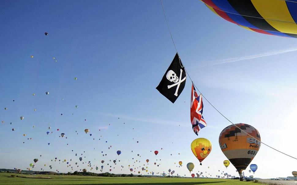 2. 326 воздушных шаров взлетают в воздух, чтобы установить мировой рекорд на крупнейшем международном фестивале воздушных шаров в Шамбле-Бюссири, Франция, 26 июля. (Jean-Christophe Verhaegen, AFP /Getty Images)
