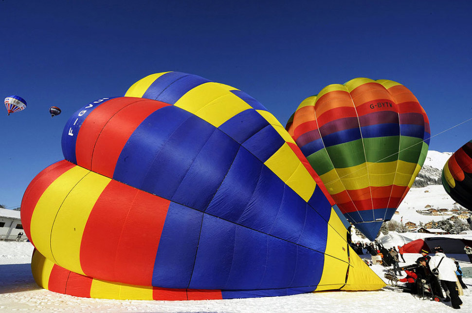 20. Воздушные шары отправляются в воздух во время 31-й Международной недели воздушных шаров в Шато д'О. (Simone Zimmerli, Keystone /AP)