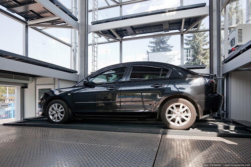 20) Справа видет дизельный генератор. На случай отключения электроэнергии он поможет разгрузить весь паркинг за 30 минут.