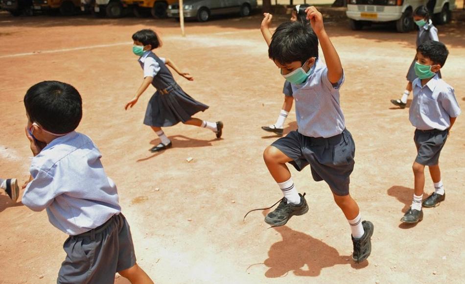 20. Индийские дети в защитных масках против свиного гриппа играют во дворе школы в Бангалоре 11 августа. Dibyangshu Sarkar, (AFP/Getty Images)