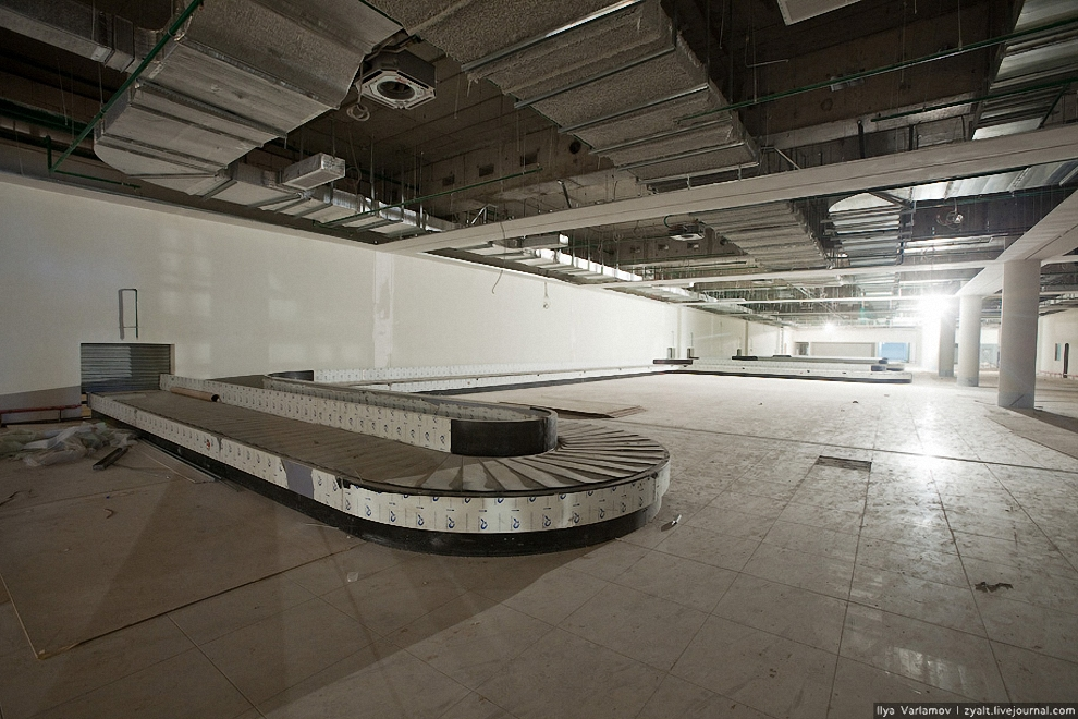 19) В настоящее время завершается монтаж высокотехнологичной системы обработки багажа Терминала Е.