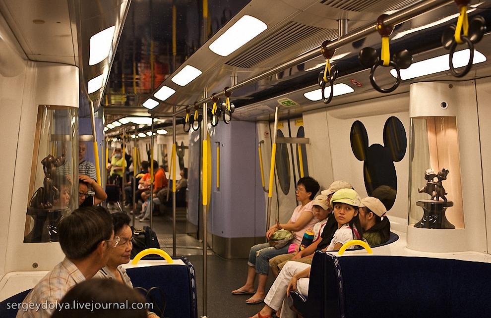 2) Для удобства посетителей ко входу в Диснейленд проложили отдельную ветку метро.