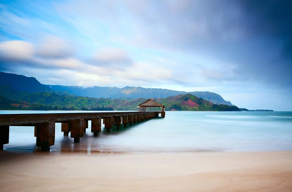 2. На снимке: облака, нависшие над заливом Ханалеи на острове Кауаи, придают пейзажу романтическую атмосферу.