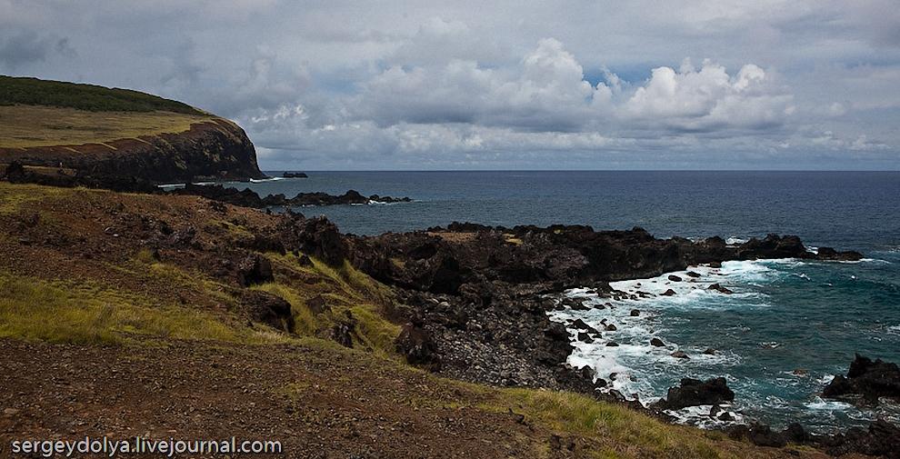 2) Остров имеет форму прямоугольного треугольника с множеством вулканов, самые крупные из которых приютились в его вершинах. Остров вулканического происхождения. Пляжей практически нет и все побережье изрезанно острыми базальтовыми скалами.