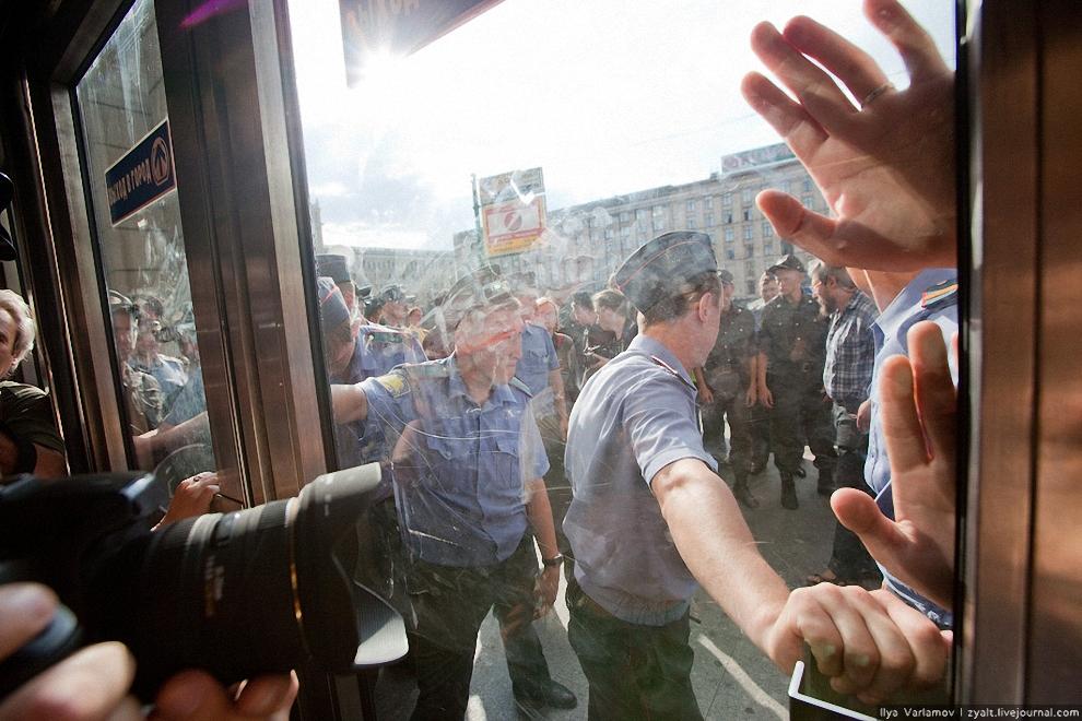 21) Фоторепортеры томятся за стеклом.