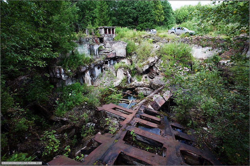 21) Взорванная шахта Р-16У. В центре вы можете найти человека. Масштаб ого-го!