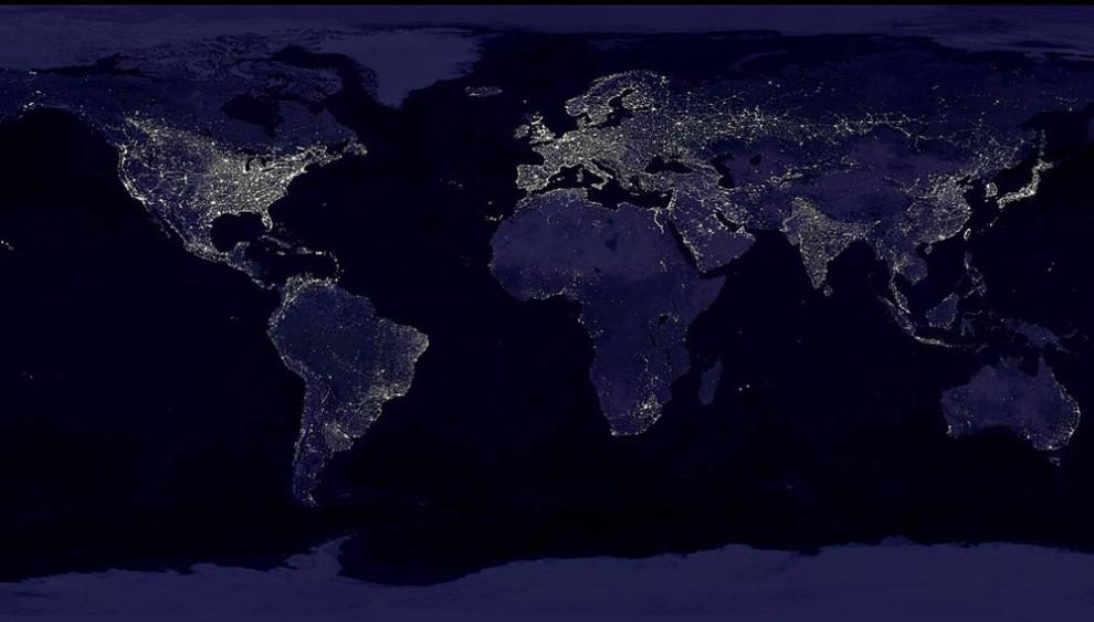 2. Крупнейшим источником электричества во всем мире является уголь, благодаря которому в 2001 году было произведено 35% электричества, к 2025 году эта цифра должно дойти до 31%. По производству электричества теплоэлетростанции занимаются первое место, гидроэлектростанции – второе, а третье - ядерные станции. Наверху: этот ночной снимок Земли был составлен более чем из 400 снимков спутника. (NASA).