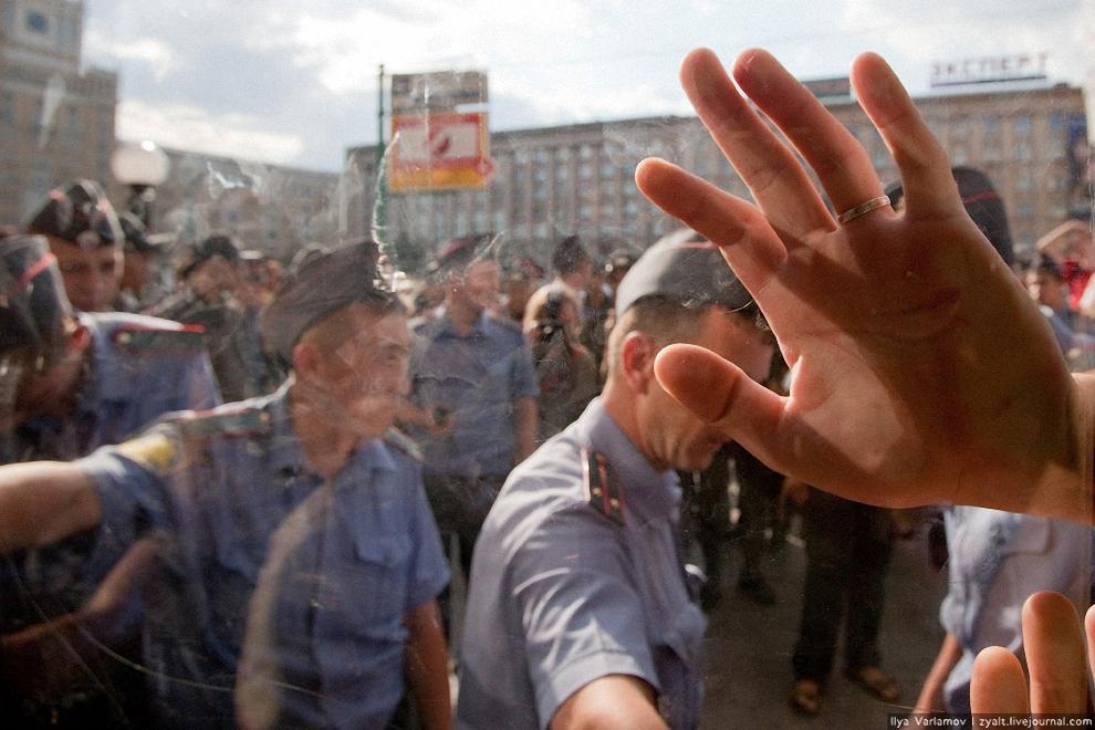 22) Несмотря на протесты милиционеры не открывают.