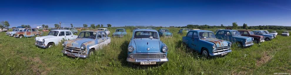 20) 402 и 407 Москвичи. Серийное производство «Москвича-402» было начато в апреле 1956 года. Впервые в нашем автомобилестроении были использованы панорамное цельногнутое ветровое стекло, телескопические амортизаторы, кнопочное открывание дверных замков, отпираемая изнутри крышка багажника и двуспицевое рулевое колесо. Передние сиденья раскладывались в удобную постель, а багажник обладал достаточно большим объемом – 0,34 м³. Все автомобили комплектовались ламповым радиоприёмником с диапазоном длинных и средних волн. Мощность двигателя 402-ого была 35 л.с. 407-я модель пошла в серийное производство в мае 1958 года, с 1960 года более мелкой и строгой стала облицовка радиатора. Некоторое количество автомобилей, впервые среди отечественных моделей, получили двухцветную окраску кузова и вследствие этого — неплохие шансы на экспорт. После довольно удачной модернизации двигателя, мощность которого удалось довести до 45 л.с., динамика машины значительно улучшилась, а максимальная скорость увеличилась со 105 до 115 км/ч.
