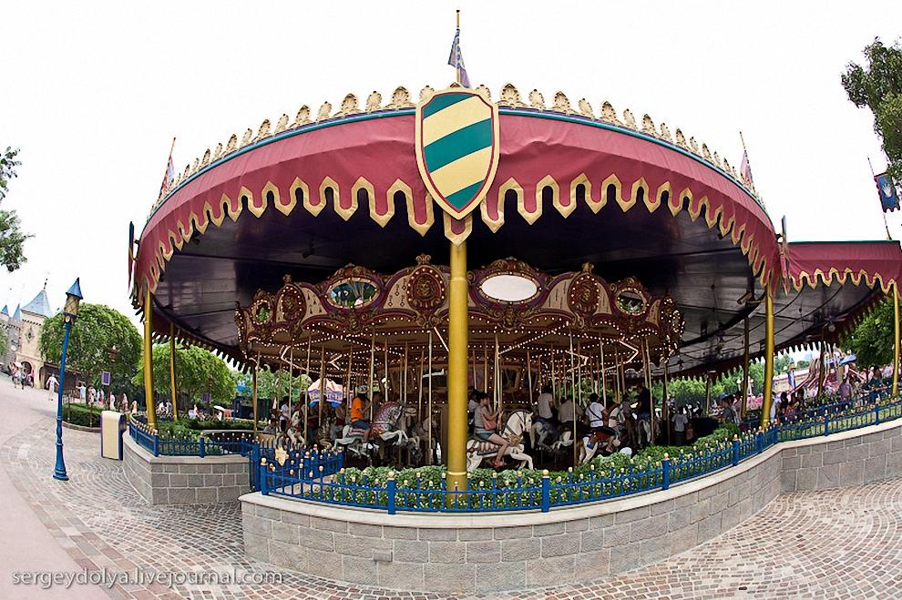 22) Посередине площади стоит большая карусель.