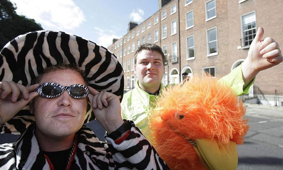2. Конор МакГуайр и Дэвид О'Махоуни путешествуют автостопом по Ирландии, нарядившись в забавные костюмы, чтобы собрать деньги для благотворительного общества больных синдромом Дауна. (Niall Carson, PA Wire)